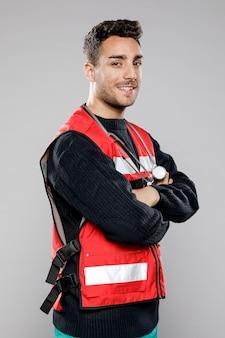 Zijaanzicht van smiley mannelijke paramedicus