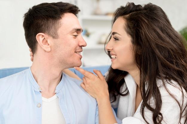 Zijaanzicht van smileypaar die romantisch zijn