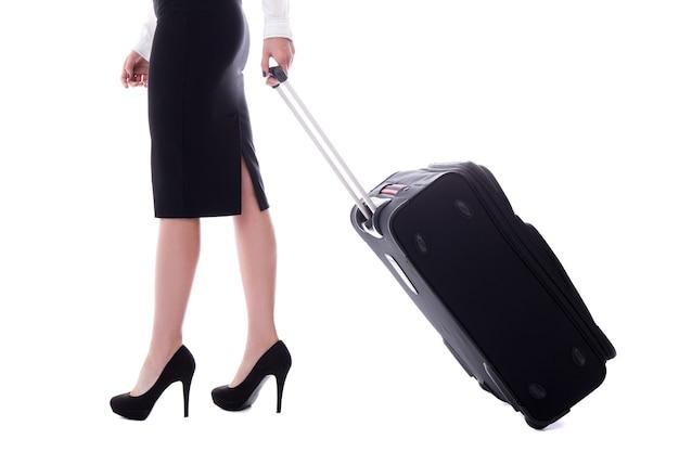 Zijaanzicht van stewardess wandelen met koffer geïsoleerd op een witte achtergrond