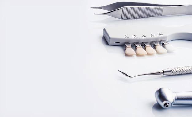 Zijaanzicht van tandheelkundige instrumenten met kopie ruimte op witte achtergrond