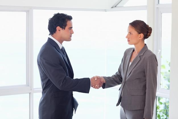 Zijaanzicht van transactie sluitende handelspartner