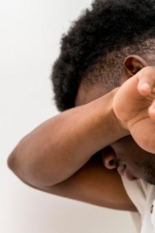 Zijaanzicht van trieste zwarte man huilen