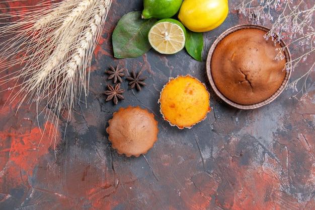 Zijaanzicht van ver chocolade cupcake citrusvruchten cupcakes tarwe oren steranijs