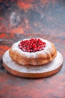 Zijaanzicht van ver een taart een taart met rode aalbessen op het bord