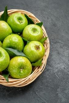 Zijaanzicht van verre appels in de mand de smakelijke acht appels in de houten mand