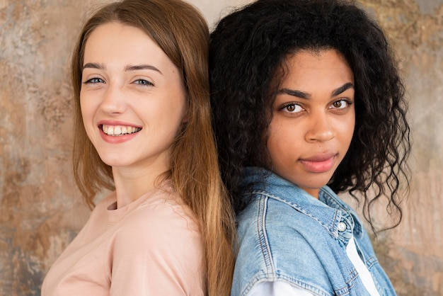 Zijaanzicht van vriendinnen samen poseren