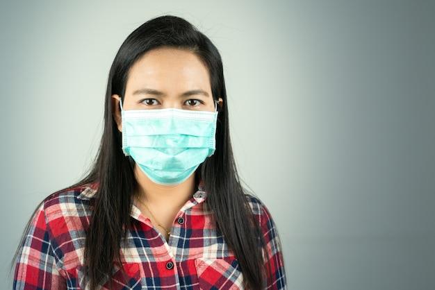 Zijaanzicht van vrouw in masker vanwege luchtverontreiniging en epidemie in de stad. bescherming tegen virussen, infecties, uitlaatgassen en industriële emissies
