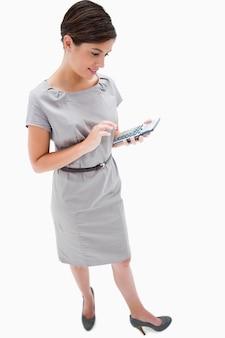 Zijaanzicht van vrouw met handcalculator