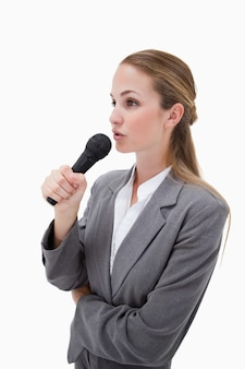 Zijaanzicht van vrouw met microfoon