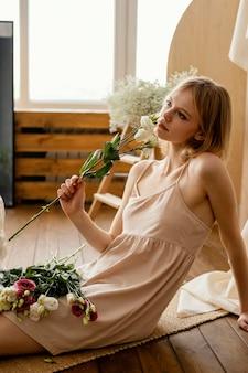 Zijaanzicht van vrouw poseren met delicate lentebloemen