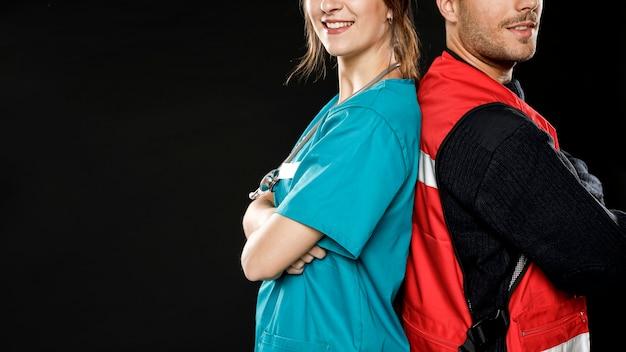 Zijaanzicht van vrouwelijke arts en mannelijke paramedicus