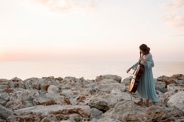 Zijaanzicht van vrouwelijke musicus die cello speelt