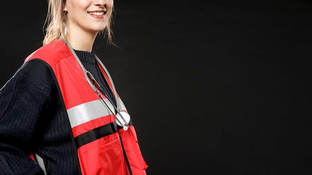 Zijaanzicht van vrouwelijke paramedicus glimlachen