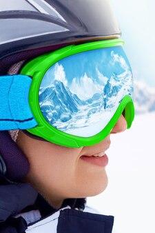 Zijaanzicht van vrouwelijke snowboarder op de berg met sneeuw