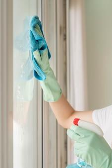 Zijaanzicht van vrouwen schoonmaakster