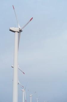 Zijaanzicht van windturbines die energie opwekken