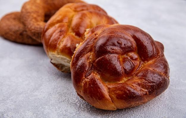 Zijaanzicht van zachte en donzige broodjes geïsoleerd op een witte achtergrond