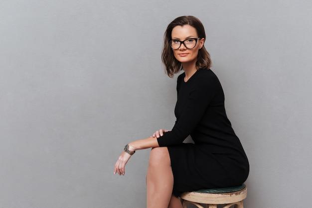 Zijaanzicht van zakenvrouw in brillen en kleding