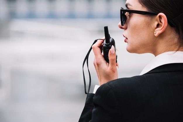 Zijaanzicht veiligheid vrouw met apparatuur