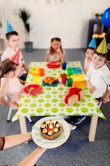 Zijaanzicht verjaardagstaart voor kinderen