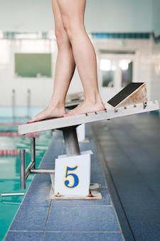 Zijaanzicht voeten op zwemplatform