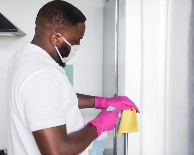 Zijaanzicht volwassen mannelijk desinfecterend huis
