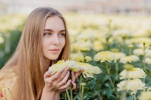 Zijaanzicht vrouw bloemen bewonderen