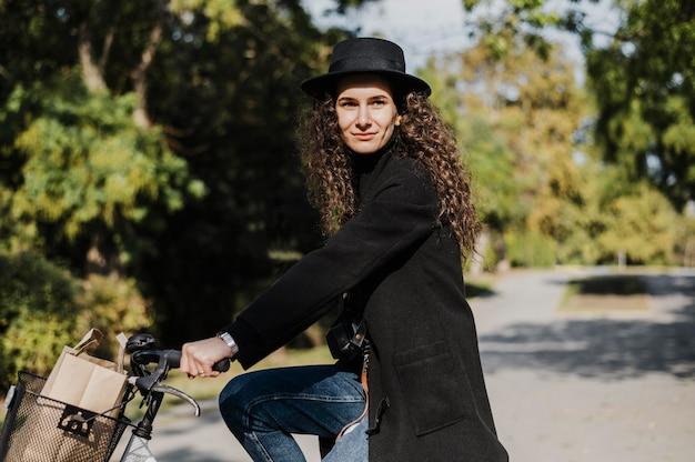 Zijaanzicht vrouw en fiets alternatief vervoer