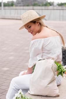 Zijaanzicht vrouw, gekleed in wit