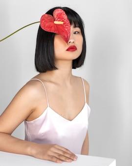Zijaanzicht vrouw met bloemen in haar