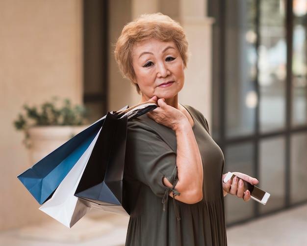 Zijaanzicht vrouw met boodschappentassen