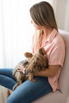 Zijaanzicht vrouw met hond
