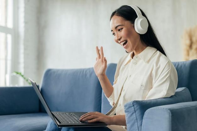 Zijaanzicht vrouw met koptelefoon live streaming