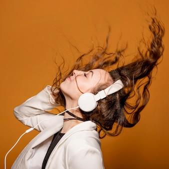 Zijaanzicht vrouw met koptelefoon