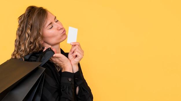 Zijaanzicht vrouw met zwarte boodschappentassen kopiëren ruimte