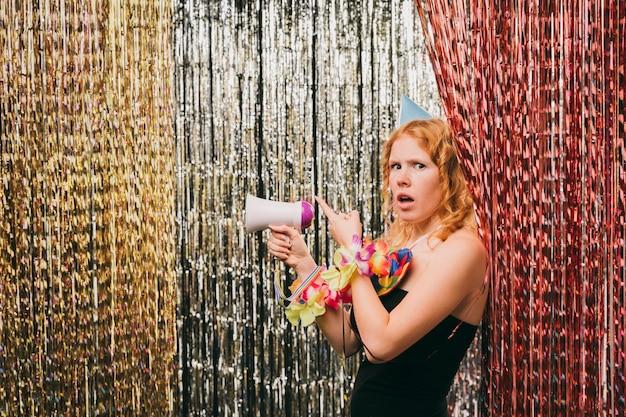 Zijaanzicht vrouwtje met megafoon op carnaval feest