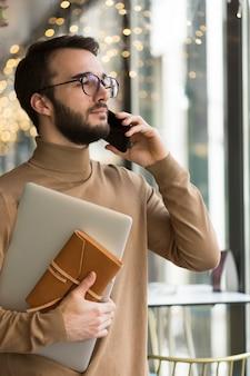 Zijaanzicht zakenman praten aan de telefoon