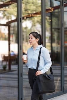 Zijaanzicht zakenvrouw met koffie