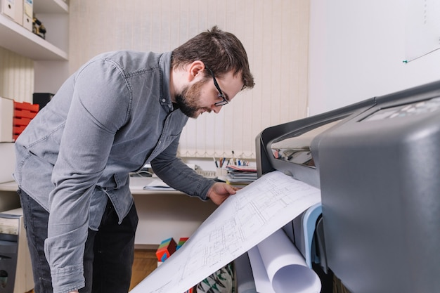 Zijaanzichtarchitect die ontwerpen drukken