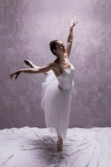 Zijaanzichtballerina die derde arabesque presteert