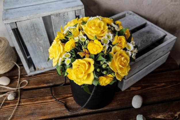 Zijaanzichtboeket van gele rozen op de lijst