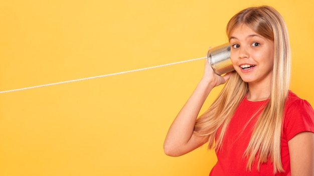 Zijaanzichtmeisje met walkie-talkie
