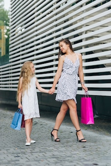 Zijaanzichtmoeder die met haar dochter loopt