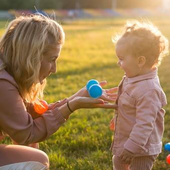 Zijaanzichtmoeder en kind het spelen