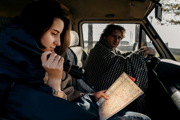 Zijaanzichtpaar dat een kaart bekijkt
