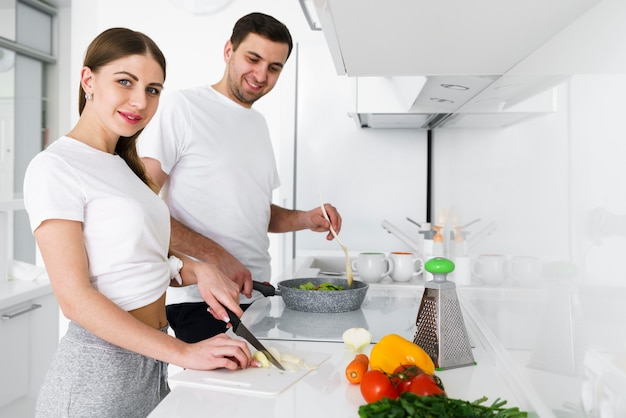 Zijaanzichtpaar in keuken