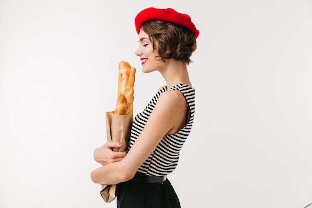 Zijaanzichtportret van een tevreden vrouw die baret draagt