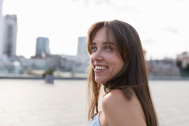 Zijaanzichtportret van het mooie vrouw glimlachen