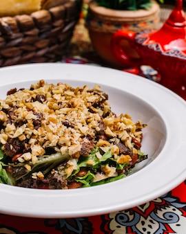 Zijaanzichtsalade met okkernoten en vlees