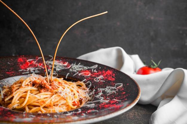 Zijaanzichtspaghetti met gehakt in ronde plaat